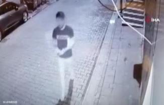 Skandal görüntü! İstanbul'un göbeğinde Kur'an-ı Kerim'i yırtarak çöpe attı