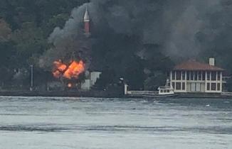 İstanbul'da tarihi Vaniköy Camii'nde yangın çıktı